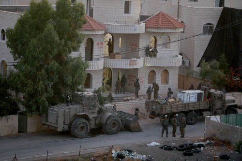 Israeli forces raid a two-storey house of 44 year old Palestinian prisoner Muntasır Shelbi, where his family lived, in Turmusaya town of Ramallah, West Bank on 8 July 2021. [Issam Rimawi - Anadolu Agency]