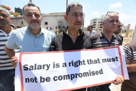 Gaza protests PA's continued salary cut [Mohammed Asad/Middle East Monitor]