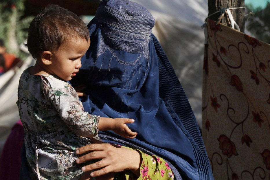 Thousands of displaced families suffer hardships in a park in Kabul, Afghanistan, on 11 August 2021. [Haroon Sabawoon - Anadolu Agency]