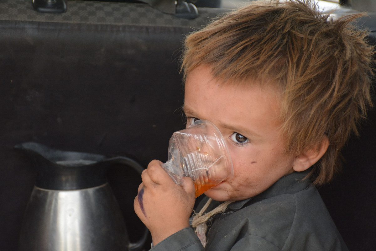 CHAMAN, PAKISTAN - AUGUST 28: An Afghan child is seen as people wait to enter Pakistan through Chaman border crossing in Chaman, Pakistan on August 28, 2021. ( Mazhar Chandio - Anadolu Agency )