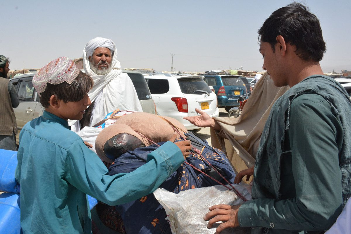 Afghan people at the border on August 28, 2021 [Mazhar Chandio/Anadolu Agency]