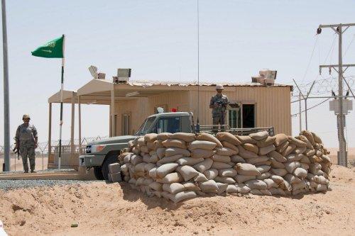 Members of the Saudi national guard man a checkpoint at a border post on the Saudi-Yemen border in Najran, Saudi Arabia, 23 April 2015 [Glen Carey/Bloomberg via Getty Images]