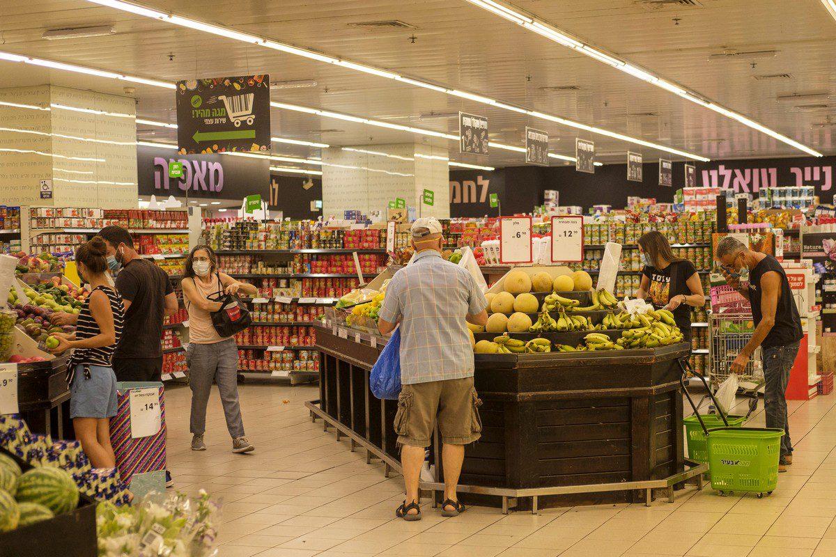 Shoppers browse fresh produce inside a supermarket in Tel Aviv on 18 September 2020 [Kobi Wolf/Bloomberg/Getty Images]