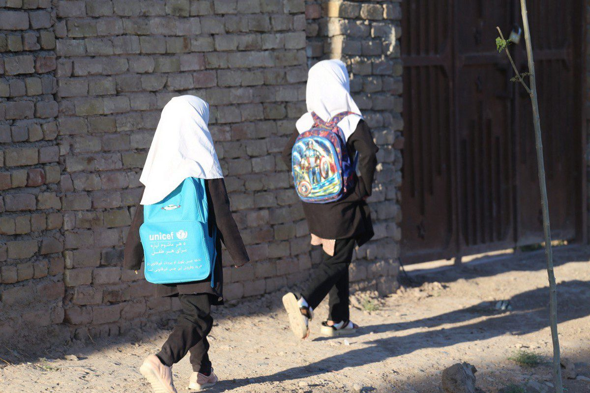 HERAT, AFGHANISTAN - SEPTEMBER 03: Little girls on the way to the school after Taliban takeover in Herat, Afghanistan on September 03, 2021. ( Stringer - Anadolu Agency )