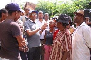 Le candidat de « hery Vaovao ho an'i Madagasikara » en grande discussion avec la population.