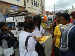Les passants d'Analakely, intéressés par Express Easy de DHL.