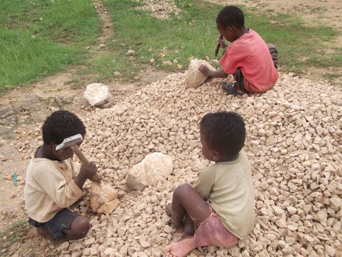 Lutte contre les pires formes du travail des enfants : Promouvoir la combinaison des interventions, selon l'UNICEF