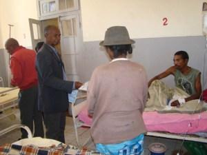 Le député Rakotosolofondraibe Zakamady venu apporter du réconfort aux malades. (Photo Anastase)
