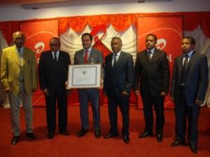 Heiko Schlittke (au milieu avec son diplôme) est élevé au grade d'officier de l'ordre national de Madagascar.