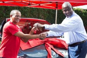 Rakotoasimbola Rivo Herison (à gauche), recevant la clé de sa nouvelle voiture des mains d'Alain Dilungané D.G par intérim d'Airtel Madagascar.