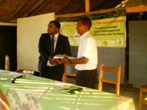 Denis Raobelison du programme MATOY (à gauche)  et  Rakotonandrasana Philippe Edouard de l'OPCI Fivoarana (à droite), lors de la signature des deux conventions ».