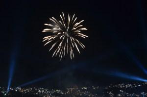 La beauté du spectacle offert par les feux d'artifice et leurs jeux de lumière. (Photo Kelly)