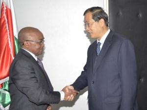 Rencontre entre l'ambassadeur de la République Populaire de Chine et le ministre malgache en charge des Ressources Stratégiques, à Ampandrianomby.