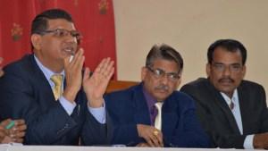 (A g) Le Chargé d'Affaire indien Madan Lal Raigar expliquant la nouvelle procédure de visa. (Photo : Nary Ravonjy)