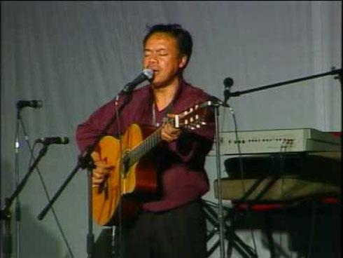 Bekoto : Seul sur scène avec son piano et sa guitare