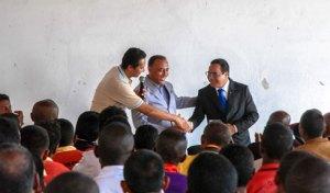 Les chaudes poignées de main entre le Président Sylvain Rabetsaroana, le Directeur de cabinet du ministre Rivo Rakotovao, et Me Avoko Rakotoarijaona.