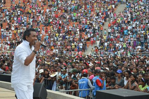Rija Rasolondraibe : Joie et ferveur partagées avec le public d'Antsonjombe