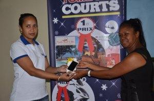 L'heureuse gagnante, Ravosolo Randriambao (à droite) recevant son lot de Sylvie Ernest des magasins Courts. (Photo Kelly)