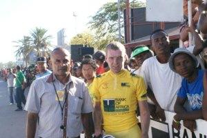 Le Belge Thomas Debrabandere s'empare du maillot jaune et s'affiche comme l'homme à battre. On le voit ici avec le président de la fédération, Jean Claude Relaha.