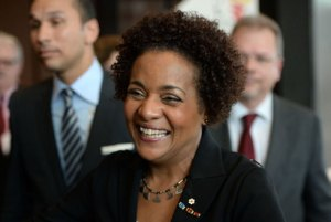 Michaëlle Jean, une canadienne d'origine haïtienne, succède ainsi à Abdou Diouf.