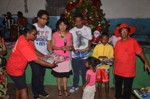 Julianna Andriambelo Rajaofera, DG du groupe WM, et ses deux fils, lors de la remise de cadeaux aux enfants. (Photo Kelly)