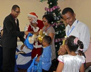 Distribution de cadeaux par le ministre Ulrich Andriatiana, hier.