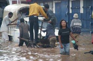 De telles scènes sont devenues presque banales dans les quartiers inondés.