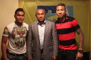 Le président Ahmad entouré par Dafé (à gauche) et Abel.