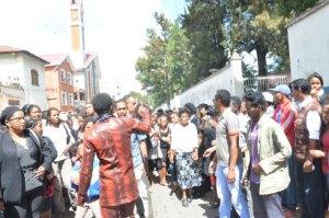 Au Palais des Sports, une foule immense a accompagné le départ du convoi funèbre de Félicien Rakotomalala. (Photo : Yvon RAM)