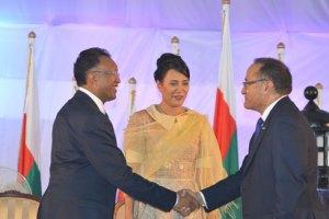 Poignée de mains entre les deux chefs d'exécutif. (Photo Yvon RAM)