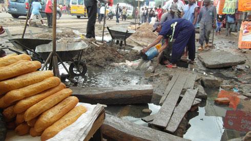 Antananarivo : Curage à main nue des canalisations