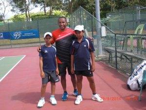 Le DTN, Dina Razafimahatratra, en compagnie de Jojo Randriamanalina et de Toky Ranaivo. (Photo Jean Marc Randriamanalina)