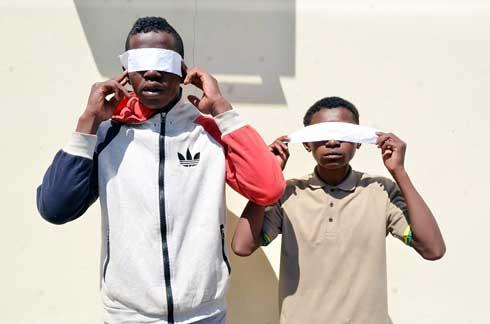 Zaza tsy ampy taona : Mpifoka rongony sy mpanendaka voasambotra