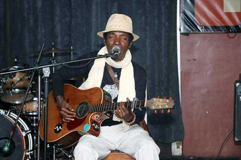 Kudeta Anosy : Teta mélange électro, traditionnel, toast et folk