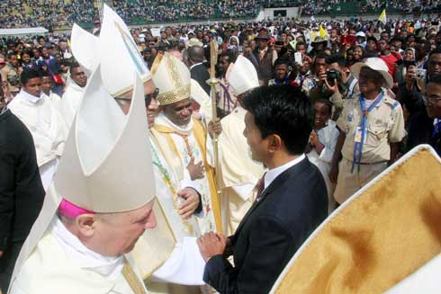 Sacre de Monseigneur   Pascal Andriantsoavina : Andry Rajoelina et Marc Ravalomanana à Mahamasina
