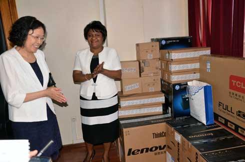 Ambassade de Chine à Madagascar : Dons de matériels informatiques et audiovisuels au Min FOP