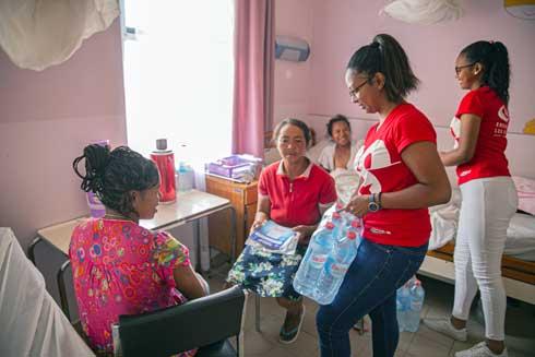 Journée internationale des femmes : Les femmes de la STAR en visite dans les services de maternité