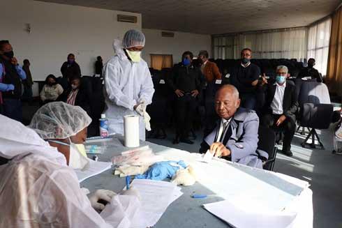 Sénat : 14 personnes contaminées par le virus