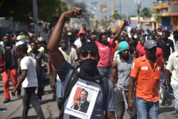 07/02 - Manifestantes marcham pelas ruas de Porto Príncipe / Foto: AFP