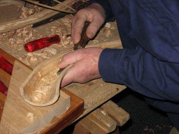 Midwinterhoornblazen een introductie - uithollen van de hoorn tijdens de bouw