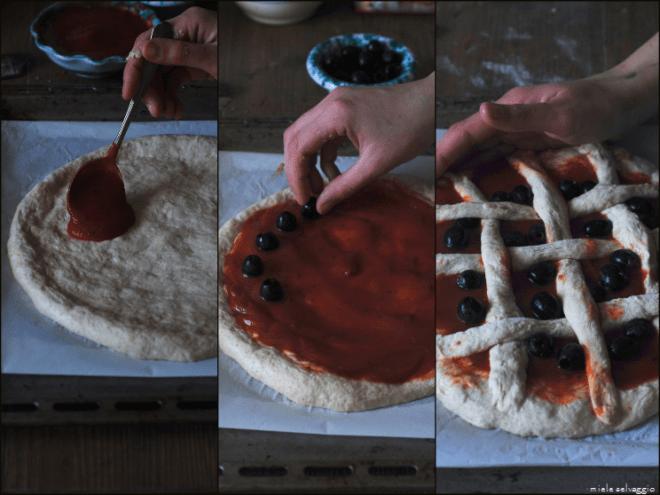 pizza al pomodoro con timo e olive nere 1c