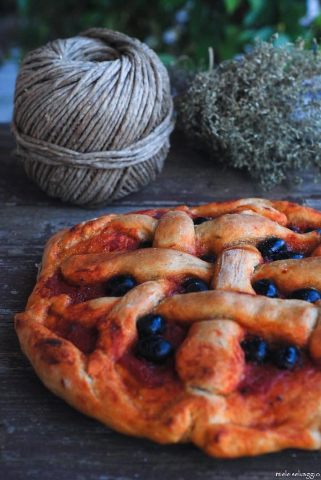 pizza rossa con timo e olive nere 5