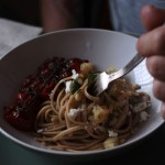Linguine integrali con feta, pinoli, pane croccante all'aglio e pomodori arrostiti