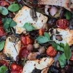 Feta al forno con pomodorini, olive taggiasche ed erbe aromatiche