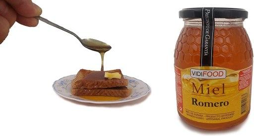 Bote de miel de Romero y plato con tostadas a las que alguien les echa miel