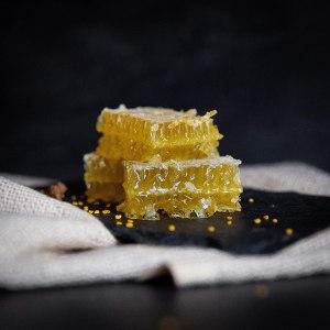 Miel de acacia en panal cortado en un plato