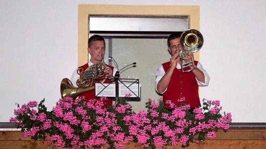 Zum Festauftakt beim Haus Spielmann spielten die Weisenbläser vom Balkon, Foto: Andreas Fischer