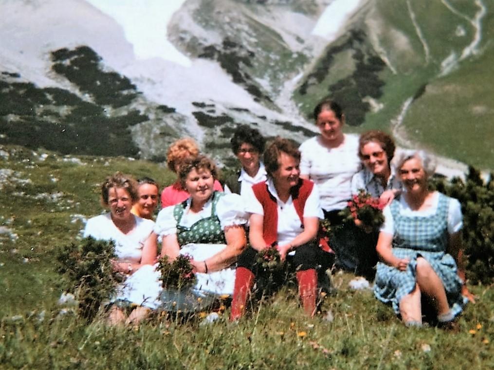 Bäuerinnen aus Obermieming auf der Feldernalm. Ende August 1970 fotografiert von Anna Scharmer.