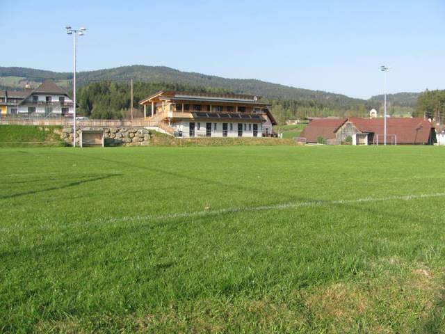 Blick über das Fußballfeld zum Clubhaus