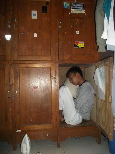 Tidur di lemari